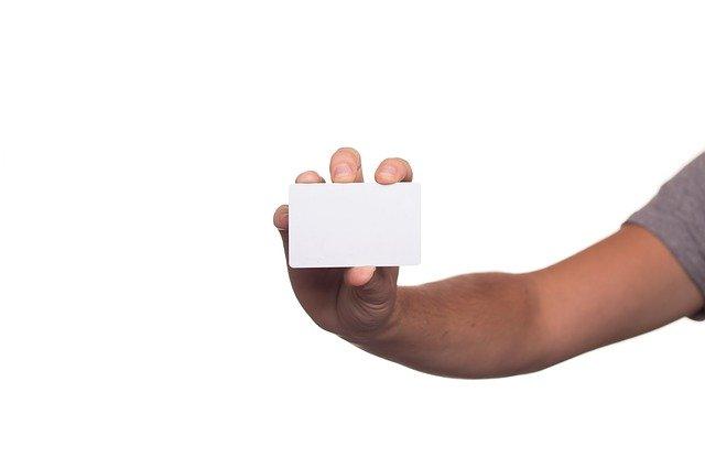 名刺を持っている写真