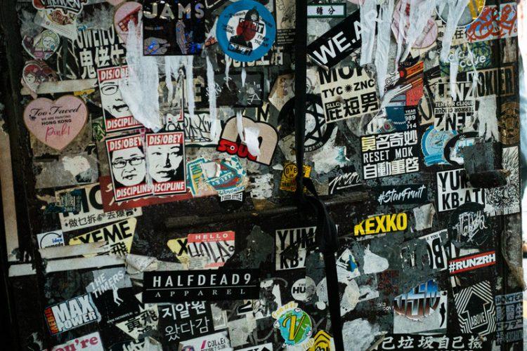 ステッカーが貼ってある壁の写真