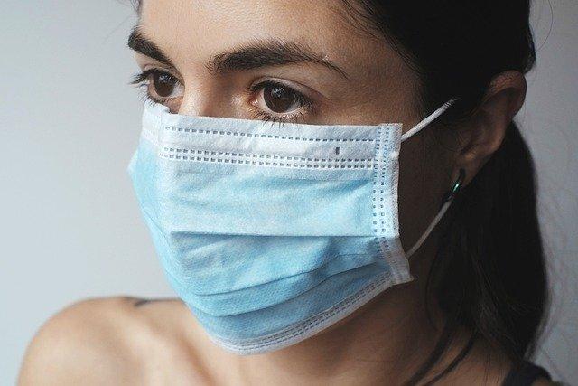 マスクを着用する人の画像
