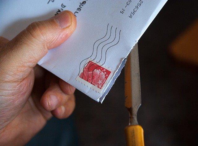 封筒の封を切る写真