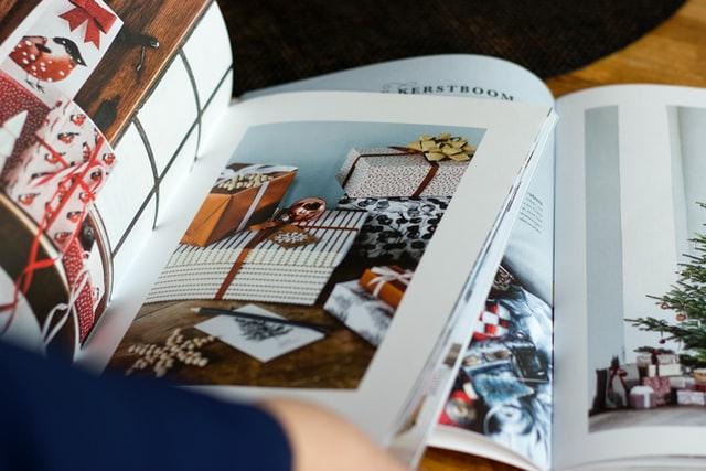 冊子を開く人の写真