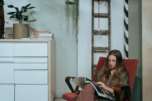 冊子を読む女性