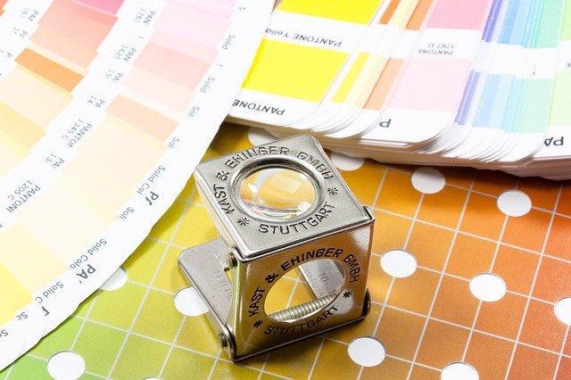 色見本とそれを見るための虫眼鏡の画像