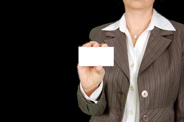 名刺を持つ女性の画像